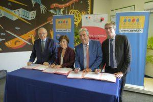 La secrétaire d'État, Denis Bouad, président du Département du Gard, et Olivier Noblecourt, délégué interministériel contre la pauvreté